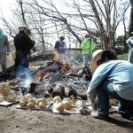 乾燥させる為、火の周りに並べられる土器たち②