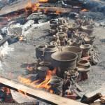 土器の周りに薪がぐるりと敷き詰められ、熱で土器が黒く変色してきました。